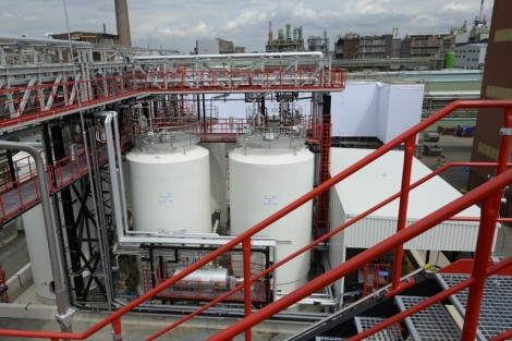 The new storage facility for liquids consists of six 150 m³ tanks, giving a total volume of 900 m³, and replaces the previous, smaller tank farm, which had a capacity of only 145 m³ (Picture: Lanxess AG)