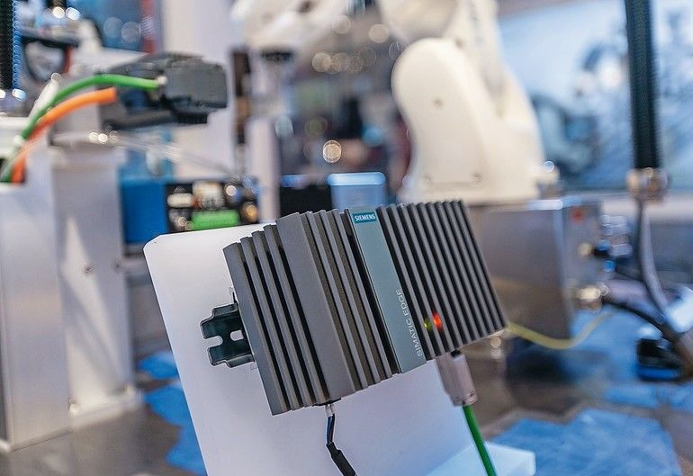Siemens_präsentiert_auf_der_SPS_IPC_Drives_2018_in_Nürnberg_im_Rahmen_von_Siemens_Industrial_Edge_eine_neuentwickelte_Hardware-Plattform_für_Edge-Applikationen:_Das_kompakte_Simatic_Edge_Device,_auf_Basis_des_Embedded_Industrie-PC_Simatic_IPC227E_ist_durc